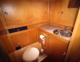 Salle de bain arrière (l'espace douche est à gauche)